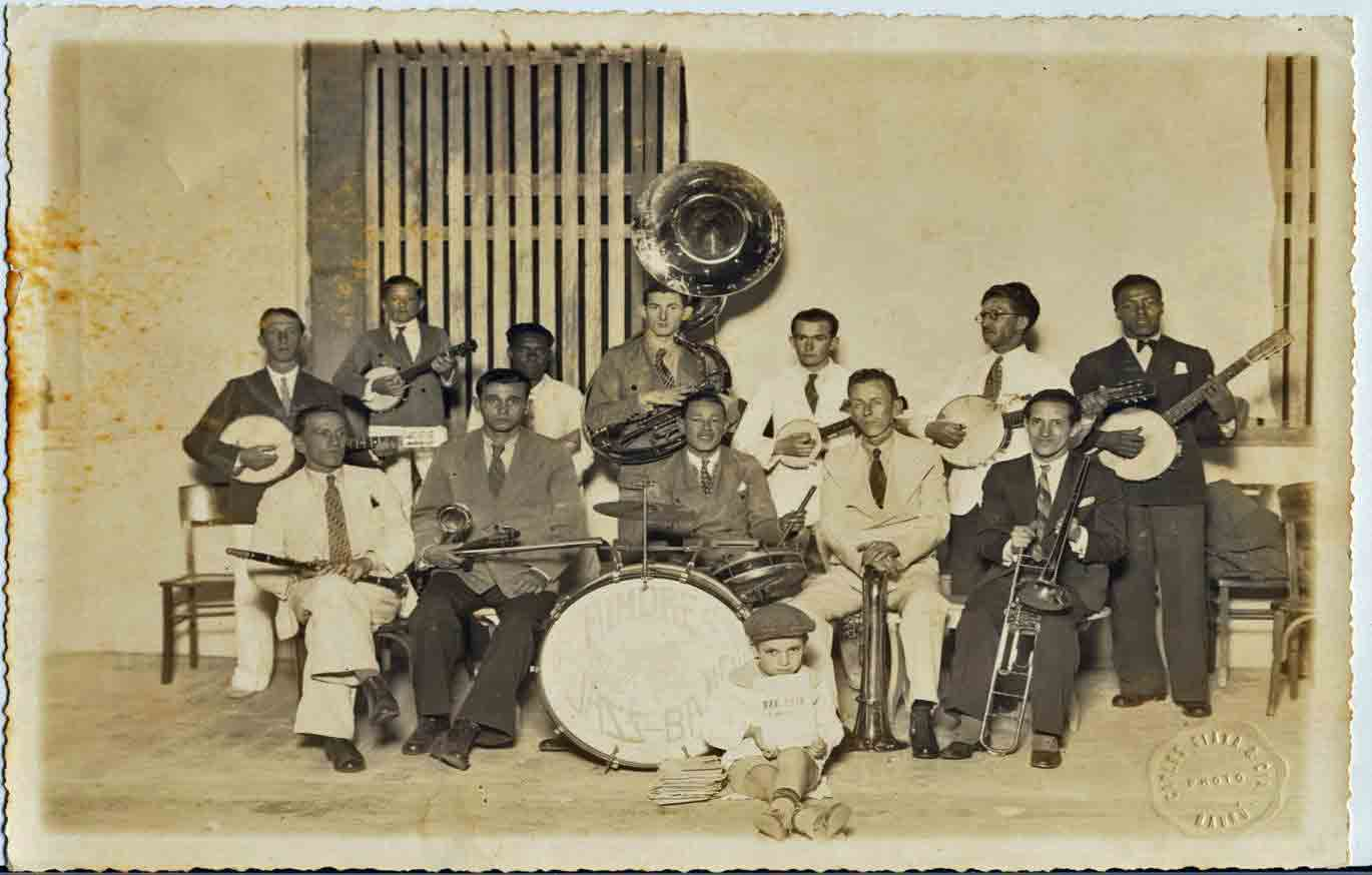 The jazz band for the colony of Aimorés