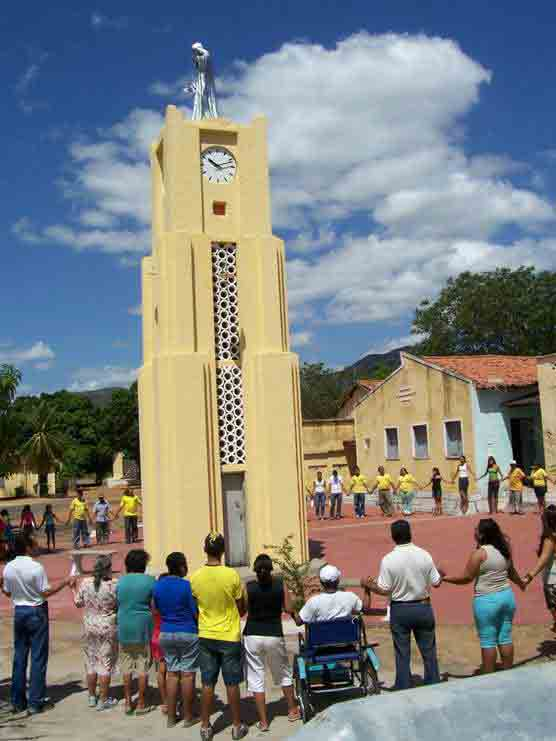 The residents gathered around the coluna da hora inside Antônio Diogo